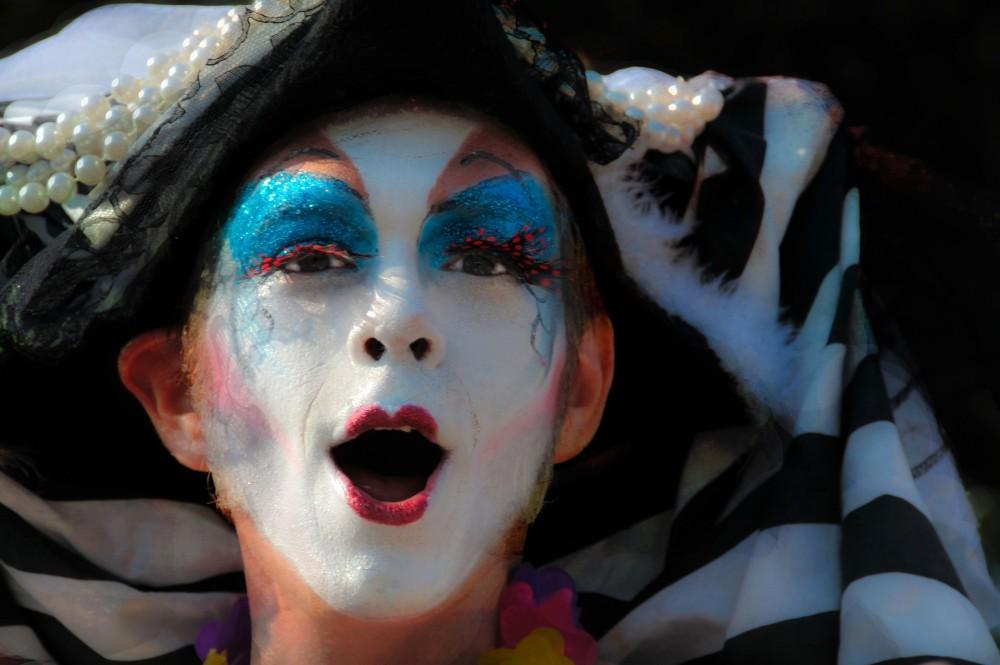 โลกของพอลลีน:  LGBT PARADISE กับความจริงสองมาตรฐาน