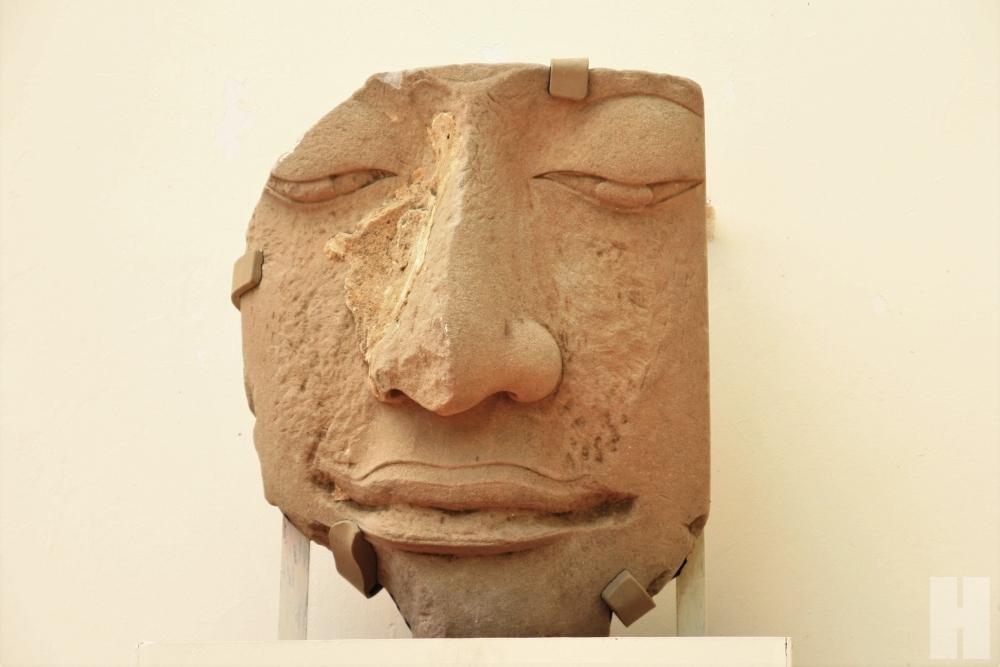 เศียรพระพุทธูปด้านหน้าพิพิธภัณฑสถานแห่งชาติเจ้าสามพระยา