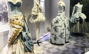 ฝ่าคลื่นมหาชนชมภาพฝันอันยิ่งใหญ่ของMonsieur Diorกลางกรุงลอนดอน