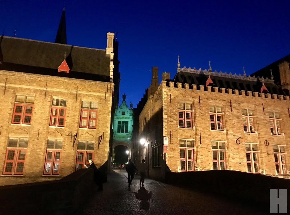 """เดินลัดเลาะถนนอิฐเมือง """"บรูจ"""" (Bruges) ชมความงามสถาปัตยกรรมยุคกลางยามค่ำ"""