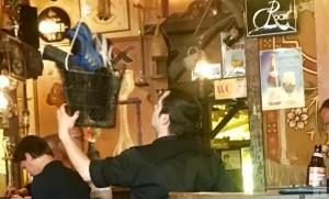 """""""Dulle Griet"""" คาเฟ่ชื่อดังในเบลเยียมที่ขอยึดรองเท้าลูกค้าแก้ปัญหาแก้วเบียร์หาย"""