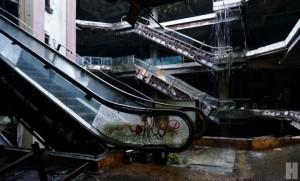 New World x Old Town นิทรรศการศิลปะที่จัดแสดงอยู่ในอาคารร้างสี่ชั้นที่เคยเป็นห้างนิวเวิลด์
